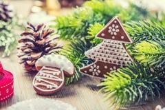Boże Narodzenia Bożenarodzeniowego balowego ciasta sosny piernikowy rożek i dekoracja Święta tła blisko czerwony czasu Obraz Royalty Free