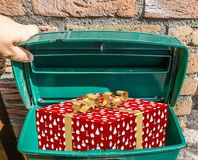 Boże Narodzenia dekorujący zawijający boże narodzenie teraźniejszości pudełko w klasyk zieleni skrzynce pocztowa fotografia stock