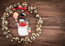 Boże Narodzenia, dzwony na drewnie, boże narodzenie dekoracja, bałwan Fotografia Stock