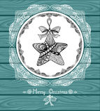 Boże Narodzenia Grają główna rolę w okręgu w Doodle stylu z koronką na błękitnym drewnianym tle Zdjęcie Royalty Free