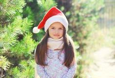 Boże Narodzenia i ludzie pojęć - małej dziewczynki dziecko w Santa czerwieni kapeluszu Zdjęcia Stock