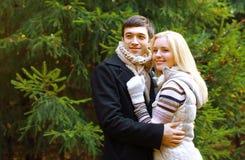 Boże Narodzenia i ludzie pojęć - szczęśliwa ładna para zdjęcie royalty free