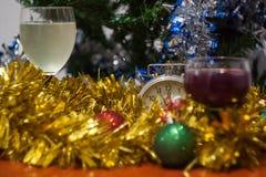 Boże Narodzenia i nowego roku świętowania wakacje osiągają z dwa glasse obraz stock
