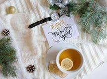 Boże Narodzenia i nowego roku mieszkania nieatutowy tło z powitanie ręki literowania notatką Fotografia Stock
