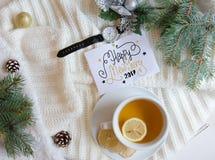 Boże Narodzenia i nowego roku mieszkania nieatutowy tło z powitanie ręki literowania notatką Obrazy Stock