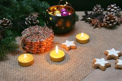 Boże Narodzenia i nowego roku ornament z światłami, piernikowymi ciastkami i pinecones, fotografia stock