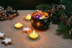 Boże Narodzenia i nowego roku ornament z światłami, piernikowymi ciastkami i pinecones, obraz stock