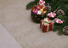 Boże Narodzenia i nowego roku ornament z światłami, teraźniejszość i pinecones, obrazy stock