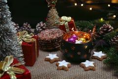 Boże Narodzenia i nowego roku ornament z światłami, teraźniejszość i pinecones, obraz stock