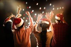 Boże Narodzenia i nowego roku partyjny świętowanie Ludzie i Wakacyjny przeciw zdjęcia stock
