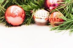 Boże Narodzenia i nowego roku skład na białym drewnianym tle z kopii przestrzenią dla twój teksta obrazy royalty free