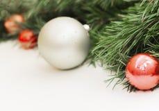 Boże Narodzenia i nowego roku skład na białym drewnianym tle z kopii przestrzenią dla twój teksta zdjęcia stock