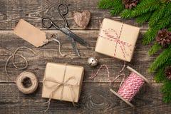 Boże Narodzenia i nowego roku tło z dekoracjami i zawijającym g obraz stock