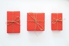 Boże Narodzenia i nowego roku wakacyjny skład z prezentów pudełkami na białym tle Odgórny widok, mieszkanie nieatutowy Copyspace Fotografia Royalty Free