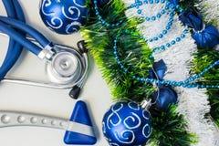 Boże Narodzenia i nowy rok dekoracje zbliżają sprzęt medycznego Neurologia hummer i medyczny stetoskop kłama blisko sztucznego śn Obraz Stock