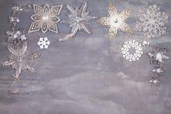 Boże Narodzenia i nowy rok płatki śniegu graniczą lub obramiają na szarym tle Zima wakacji pojęcie Zdjęcie Stock