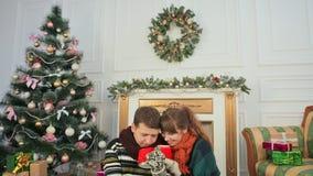 Boże Narodzenia i nowy rok tematy Młoda para cieszy się each inny dla cupping gorącą kawę Pokój z choinką i zbiory wideo