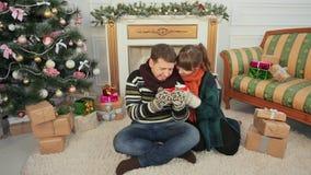 Boże Narodzenia i nowy rok tematy Młoda para cieszy się each inny dla cupping gorącą kawę Pokój z choinką i zbiory