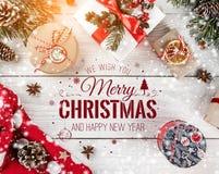 Boże Narodzenia i nowy rok Typographical na białym drewnianym tle z Jedlinowymi gałąź, prezenty Xmas i Szczęśliwy nowego roku tem royalty ilustracja