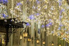 Boże Narodzenia i nowy rok wakacji iluminacja na Nikolskaya ulicie blisko Moskwa Kremlin przy nocą, Rosja obrazy royalty free
