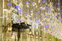 Boże Narodzenia i nowy rok wakacji iluminacja na Nikolskaya ulicie blisko Moskwa Kremlin przy nocą, Rosja obrazy stock