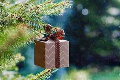 Boże Narodzenia i nowy rok wakacji karta Prezenta pudełka obwieszenie na jodły gałąź na błękitnej zieleni tle obraz royalty free