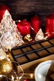 Boże Narodzenia i zima wakacji Czekoladowy Ustawiający z Bożenarodzeniowym wystrojem zdjęcie stock