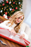 Boże Narodzenia: Kobieta prezenta Opakunkowy pudełko Obraz Stock