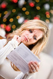 Boże Narodzenia: Kobiety spęczenie Przy Kredytową kartą Bill Zdjęcia Stock