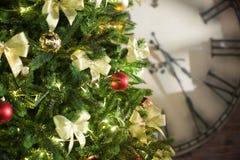 boże narodzenia kopiują dekoracj ostrości złocistego wielkiego ornamentu czerwieni przestrzeni drzewa Obrazy Stock