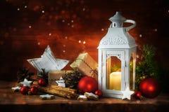 Boże Narodzenia lub Święty Mikołaj dać stołowi z lampionem c i paleniem Obrazy Stock