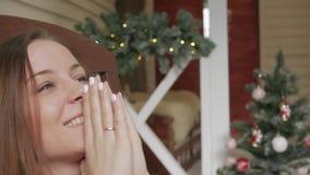 Boże Narodzenia lub nowego roku świętowanie Szczęśliwy kobiety obsiadanie w kołysa krześle obok graby zbiory