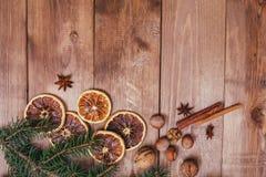 Boże Narodzenia lub nowego roku brown drewniany tło, Bożenarodzeniowy karmowy wystrój z jedlinowym drzewem Xmas dekoracje, przest zdjęcia stock
