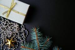 Boże Narodzenia lub nowego roku ciemny tło, Xmas czerni deska obramiająca z sezon dekoracjami Obrazy Stock