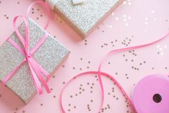 Boże Narodzenia lub nowego roku ramowy skład boże narodzenie złociste dekoracje na białym tle z pustą kopii przestrzenią dla teks Zdjęcia Royalty Free
