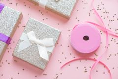 Boże Narodzenia lub nowego roku ramowy skład boże narodzenie złociste dekoracje na białym tle z pustą kopii przestrzenią dla teks Fotografia Stock
