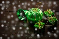 Boże Narodzenia lub nowy rok dekoracja, piłka, dzwon, prezenta pudełko na brown wo Fotografia Stock