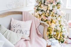 Boże Narodzenia lub nowy rok dekoracja przy Żywym izbowym domowym wystroju pojęciem wnętrza i wakacje Spokojny wizerunek koc na a Zdjęcia Royalty Free