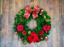 Boże Narodzenia lub nowy rok dekoracja: zielone jodeł gałąź, dokrętka, malutki prezent, prezenta łęk i dzwon na drewnianym horyzo Fotografia Stock