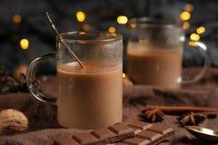 Boże Narodzenia lub nowy rok zimy gorąca czekolada z marshmallow w ciemnym kubku z czekoladą, cynamonem i pikantność z świąteczny obrazy stock