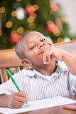 Boże Narodzenia: Młody chłopiec Writing list Santa obrazy stock