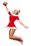 Boże Narodzenia, mas, zima, pojęcie - uśmiechnięta kobieta w Santa pomagiera kapeluszu z prezenta pudełkiem, szczęście skok dla r Zdjęcia Stock