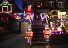 Boże Narodzenia mieścą dekoracj świateł pokazu w podmiejskim Brooklyn sąsiedztwie Dyker wzrosty Obrazy Royalty Free