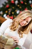 Boże Narodzenia: Nagrywający prezent Zamykającego Zdjęcie Stock