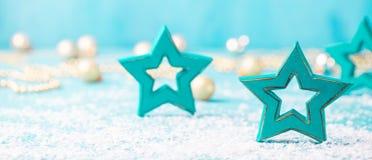 Boże Narodzenia, nowego roku błękitny tło z drewnianymi gwiazdowymi i śnieżnymi dekoracjami kosmos kopii obrazy royalty free