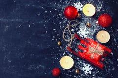 Boże Narodzenia, nowego roku czarny tło, czerwieni zabawkarski sanie, piłki, odgórny v Zdjęcia Stock
