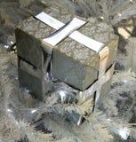 Boże Narodzenia, nowego roku srebra teraźniejszości pudełko na drzewie Fotografia Stock