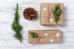 Boże Narodzenia, nowego roku tło, prosty skład robić Xmas dekoracje lub jodeł gałąź, mieszkanie nieatutowy Obrazy Stock