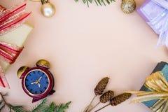 Boże Narodzenia, nowy rok kopia i tło astronautyczny wystrój z prezentem i zdjęcie royalty free