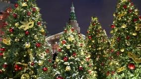 Boże Narodzenia, nowy rok wakacji Manege i iluminacja i Obciosują przy nocą moscow Rosji zbiory wideo